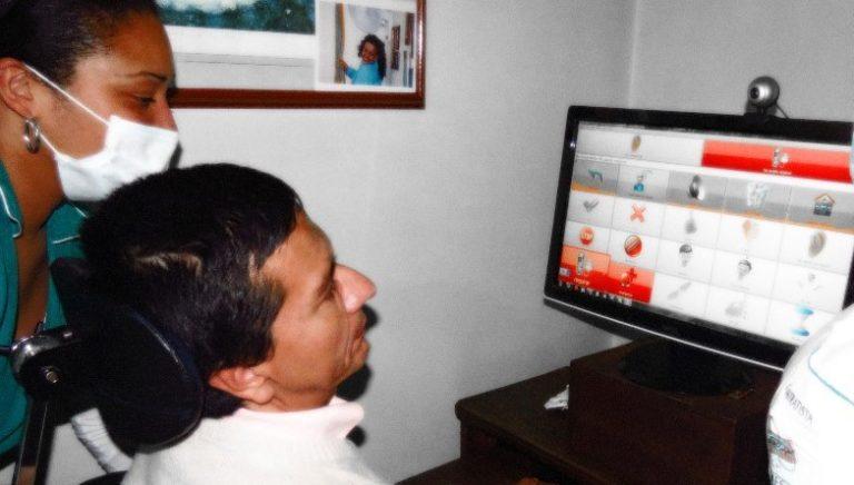 Patient mit Behinderung, der den OSC TALKER mit einem Betreuer benutzt